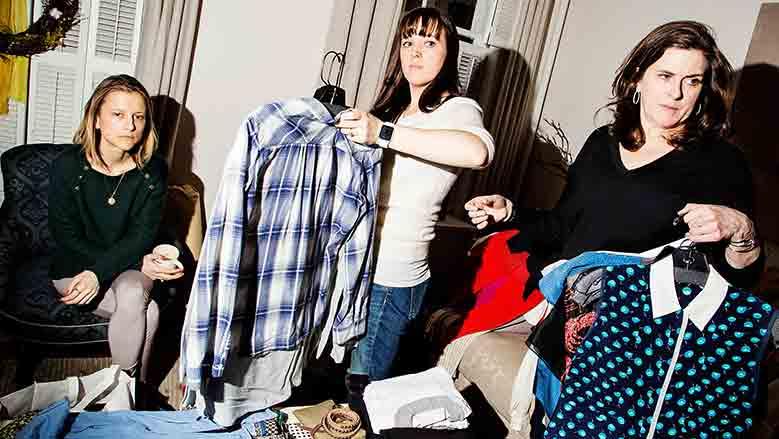 milie Cresp, de izquierda , observa mientras Kate Pawlowski, centro, y Ann Lightfoot organizar su ropa para la RealReal, un sitio web de porte de lujo, en el domicilio del Cresp en Nueva York. / Foto: Amy Lombard / The New York Times.