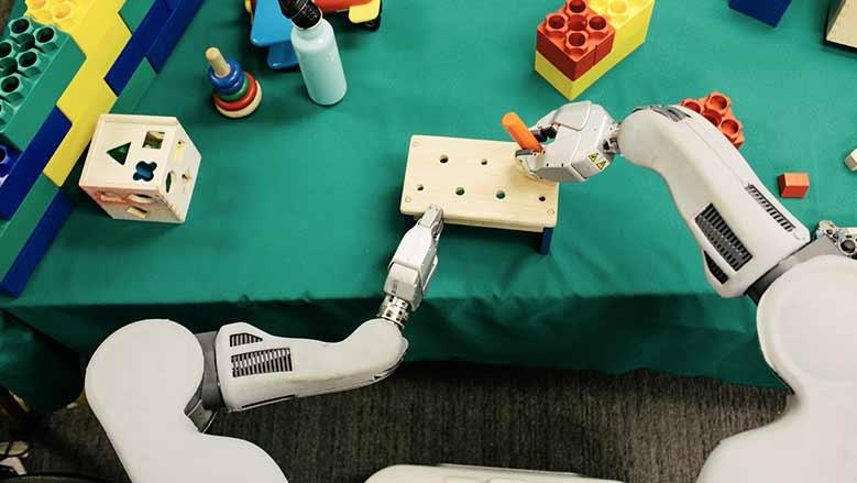 Un robot aprende por ensayo y error en el laboratorio de investigación sobre robótica en la Universidad de California en Berkeley / Foto: Peter Earl McCollough - The New York Times.
