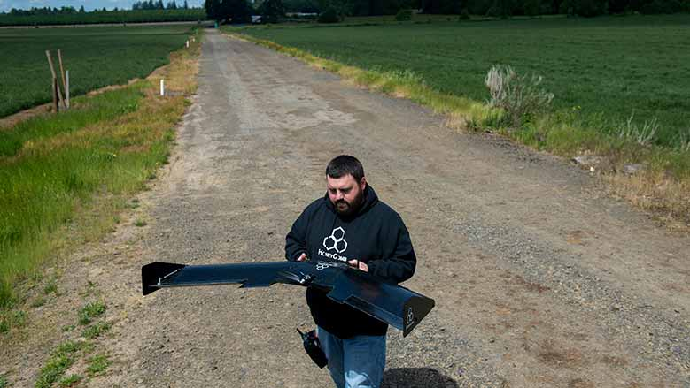 John Faus lanza su AgDrone, un vehículo aéreo no tripulado para vigilancia de los cultivos que pueden cubrir 800 acres por hora y producen mapas de alta resolución de 2D y 3D / Foto: Amanda Lucier - New York Times.