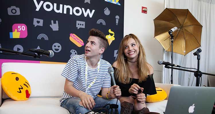 Hailey Knox, cantante y estrella YouNow, con Zach Clayton desde la cabina de YouNow en la convención de VidCon / Foto: Emily Berl-The New York Times.