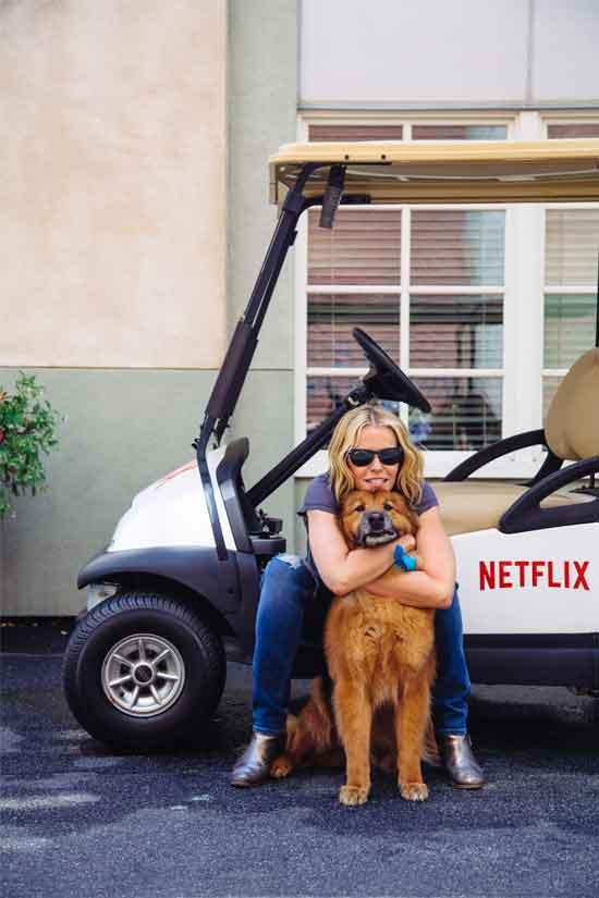 """Chelsea Handler y su perro, en los studios de Sony Pictures para su nuevo programa de Netflix """"Chelsea"""", Fotografía: Revista Win –  NYTM"""