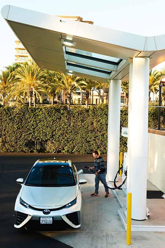 Manning reposa su Toyota Mirai en una estación de pila de hidrógeno. / Foto: Jake Michaels - NYT