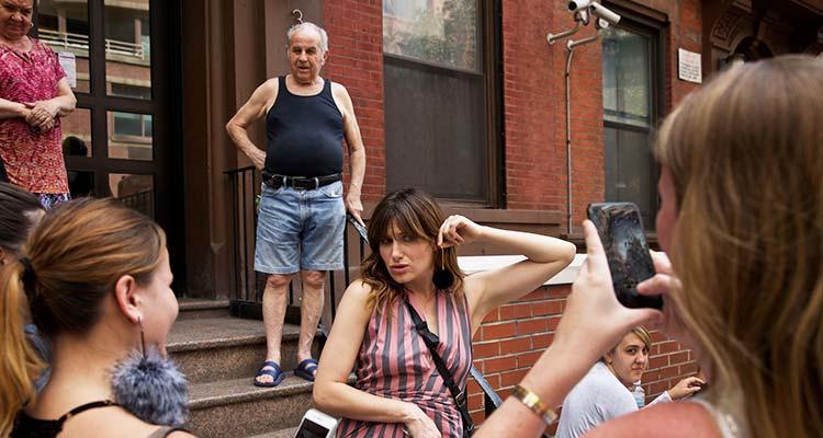 La actriz Kathryn Hahn posa para los aficionados frente a su antiguo edificio. Con ella John Matejas, sus antiguos vecinos. / Foto: Benjamin Norman - NYT.