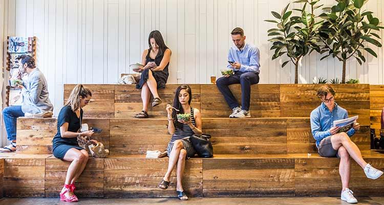 Los clientes en una ubicación de Sweetgreen en Nueva York. /  Foto: George Etheredge - NYT