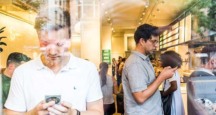 El pago por medio de tarjetas de crédito, débito y apps móviles se propaga cada vez más en algunos comercios. / Foto: Bryan Anselmo - NYT