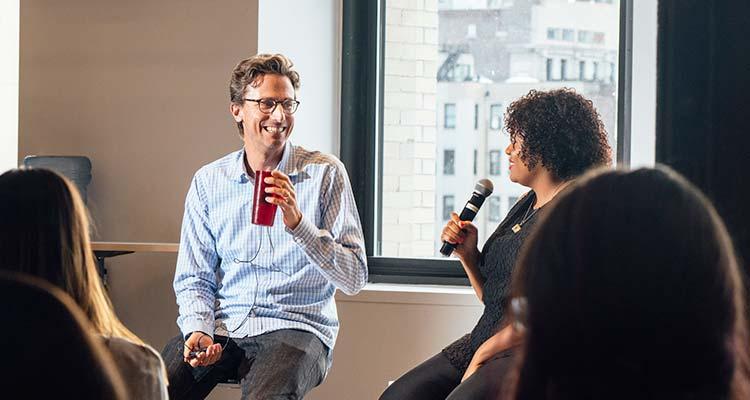 Fundador y CEO de BuzzFeed Jonas Peretti y Shani Hilton, editora ejecutiva de BuzzFeed noticias. / Foto: Cole Wilson - The New York Times.